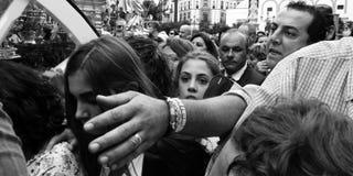 Un bras serré d'homme dans la foule. Image stock