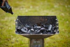 Un brasero avec le charbon de bois dans lui Photo stock