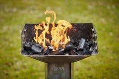 Un brasero avec le charbon de bois et la flamme dans elle Photo libre de droits