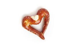 Un bretzel mou bavarois dans la forme de coeur (2) Photo libre de droits