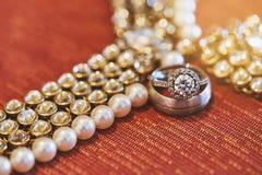 Un brillo del compromiso y los anillos brillantes se centraron en el anillo de diamante de la novia, primer Imagenes de archivo