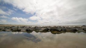 Un brise-lames dans le nord de Texel Hollande, près du phare image stock