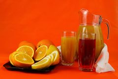 Un broc de jus, des oranges et du citron Photo stock