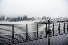 Un brouillard dense a couvert New York City pendant le jour du ` s d'hiver en janvier de 2018 Image libre de droits