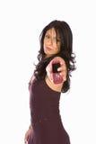 Un brunette con il suo telefono delle cellule Immagini Stock