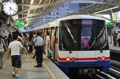 Un BTS Skytrain à une gare à Bangkok central Photographie stock libre de droits