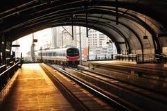 Un BTS Skytrain dans la station de Phyathai, Bangkok, Thaïlande. Images libres de droits