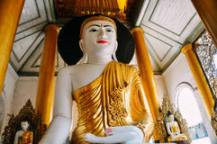Un Buddha in un tempio alla pagoda di Shwedagon in Rangoon Immagini Stock Libere da Diritti