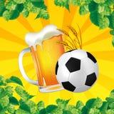 Un buen vidrio de cerveza con el balón de fútbol en un fondo brillante Foto de archivo
