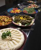 Un buffet árabe con la comida oriental imagenes de archivo