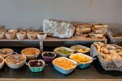 Un buffet del desayuno fotografía de archivo