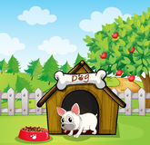 Un bulldog fuori della sua casa di cane con un cibo per cani royalty illustrazione gratis