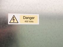 Un bullone elettrico in cauti giallo del triangolo e nero bianco di sicurezza Immagini Stock