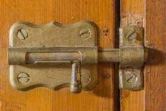 Un bullone su un vecchio di legno Immagini Stock