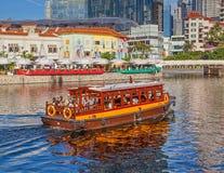 Un Bumboat sur la rivière de Singapour Images libres de droits
