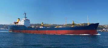 Un buque de carga en el Bosphorus Imagen de archivo libre de regalías