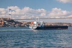 Un buque de carga en el Bosphorus, Estambul, Turquía Foto de archivo libre de regalías