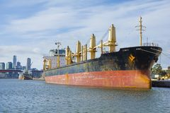 Un buque de carga grande en el puerto de Melbourne Fotos de archivo libres de regalías