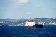 Un buque de carga que pasa con bosphorus foto de archivo