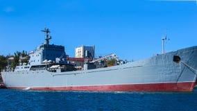 Un buque de guerra moderno en el puerto Foto de archivo libre de regalías