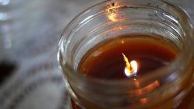 Un burning sospechado de la vela de la calabaza de otoño de la caída - ascendente cercano de la llama almacen de metraje de vídeo