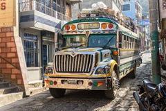 Un bus del pollo guida attraverso San Pedro la Laguna nel Guatemala Fotografia Stock Libera da Diritti