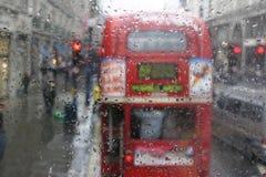 Un bus di Londra nella pioggia Fotografia Stock Libera da Diritti