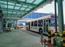 Un bus di navetta all'aeroporto di Jeju fotografia stock libera da diritti