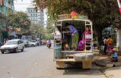Un bus local s'arrêtant sur la rue à Yangon, Myanmar Photos libres de droits