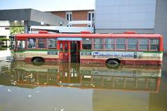 Un bus noyé à un arrêt de bus à un aéroport de Bangkok Photo libre de droits