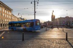 Un bus rifornito CNG blu moderno del gas naturale compresso Immagini Stock