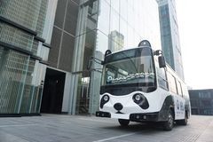 Un bus sveglio del panda accanto ad una costruzione moderna fotografie stock libere da diritti