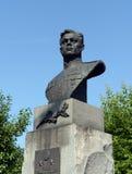 Un busto de bronce al piloto militar Pavel Plotnikov en Liberty Square en Barnaul Foto de archivo libre de regalías