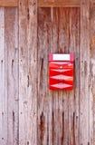 Un buzón de correos rojo fotos de archivo