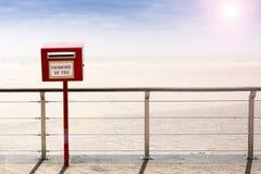 Pensamiento en usted (caja postal vieja por la playa) Fotografía de archivo libre de regalías