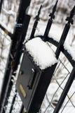 Un buzón en la puerta de la casa, todo en la nieve Invierno foto de archivo
