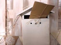 Un buzón festivo para la enhorabuena y los deseos Sobre del papel del regalo atado con una trenza Foto de archivo libre de regalías