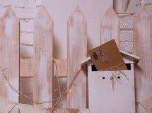 Un buzón festivo para la enhorabuena y los deseos Sobre del papel del regalo atado con una trenza Fotografía de archivo libre de regalías