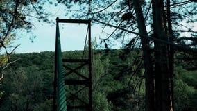 Un câble qui tient un pont piétonnier clips vidéos