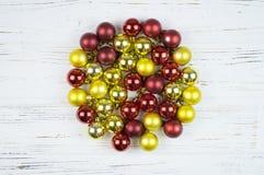 Un círculo del ` coloreado s del Año Nuevo juega en un fondo de madera blanco Fotos de archivo