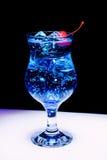 Un cóctel azul con hielo y la cereza Imagen de archivo libre de regalías
