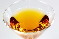 Un cóctel delicioso que espera en un contador blanco que espera para ser consumido imagenes de archivo