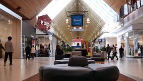 Un côté des personnes faisant des emplettes à l'intérieur du centre commercial de Coquitlam banque de vidéos
