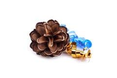 Un cône de pin de Noël avec des rubans d'isolement dessus Photo stock