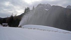 Un cañón de la nieve en la acción almacen de metraje de vídeo