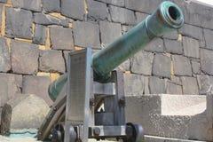 un cañón japonés viejo en un parque imagenes de archivo