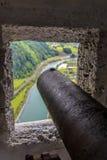 Un cañón viejo y una visión a través de la ventana del castillo Imagenes de archivo