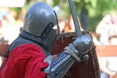 Un caballero medieval durante el cierre de la batalla para arriba Foto de archivo libre de regalías