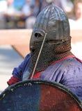 Un caballero medieval que tiene un retrato del resto Foto de archivo