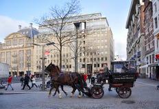 Un caballo de carro en cuadrado de la presa de Amsterdam Imagen de archivo libre de regalías